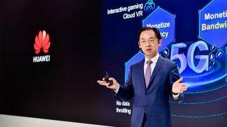 """Райан Дин во время выступления с основным докладом """"5G создает новые ценности"""""""