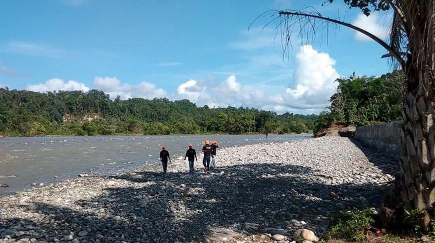 Спасательная группа ищет жертв обрушения моста. Фото  AP