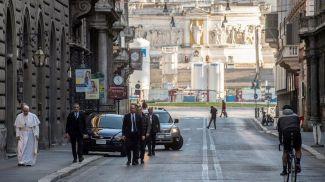 Папа Римский Франциск на пустынных улицах Рима. Фото  Reuters