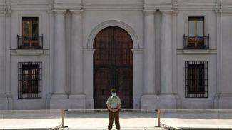 Полицейский у президентского дворца Ла Монеда в Сантьяго. Фото rfi.fr