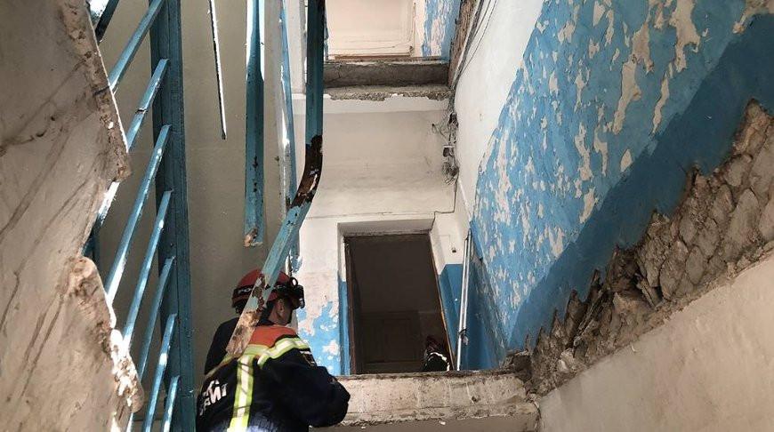 В жилом доме в Саратовской области России рухнули два лестничных марша