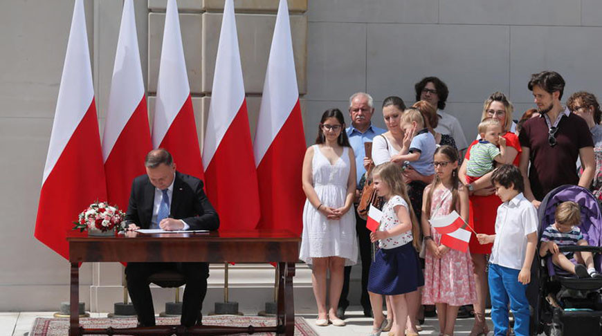 В Польше запрет усыновления детей однополыми парами хотят закрепить в Конституции