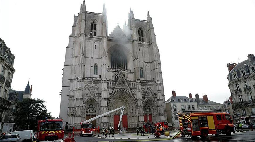 Тушение пожара в Соборе Святых Петра и Павла в Нанте, Франция. Фото  Reuters
