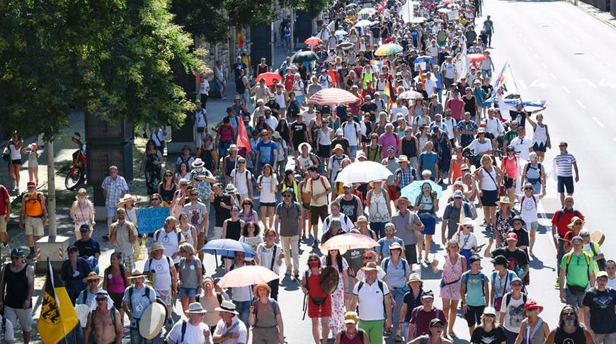 Акция в Штутгарте 8 августа против ограничений, введенных из-за коронавируса. Фото  Getty Images