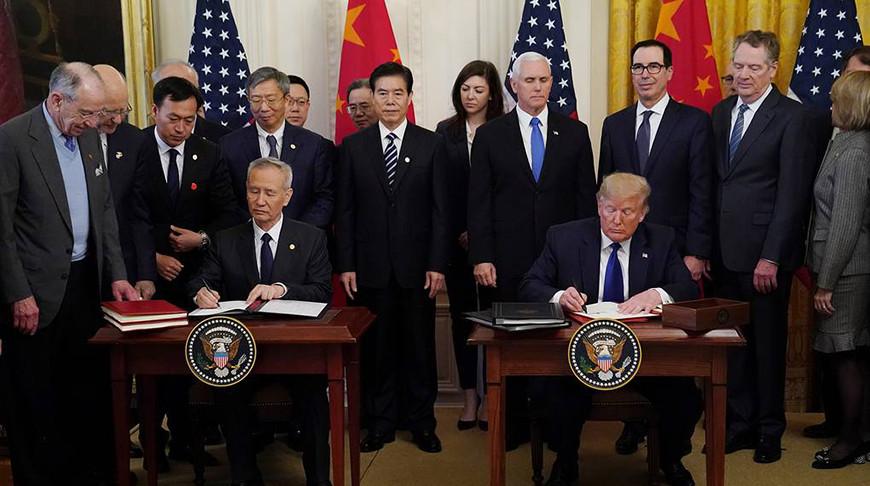 Вице-премьер Госсовета КНР Лю Хэ и президент США Дональд Трамп. Фото   Reuters