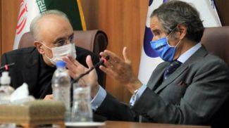 Соглашение было достигнуто во время визита в Тегеран генерального директора МАГАТЭ (справа). Фото EPA