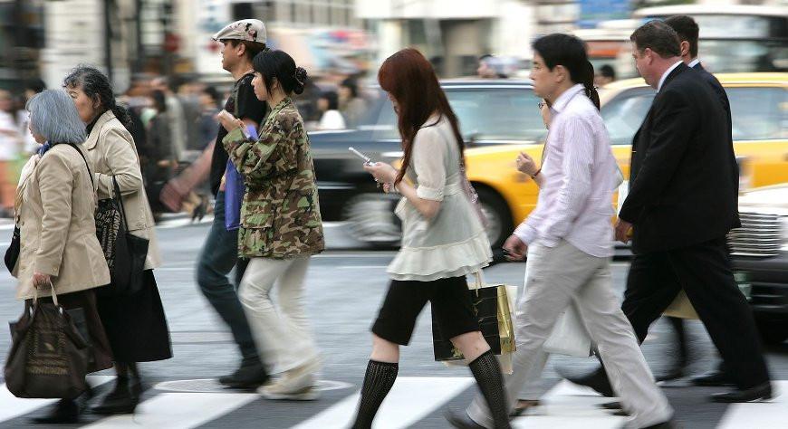 В японском Ямато запретили ходить по улицам, уткнувшись в экран смартфона