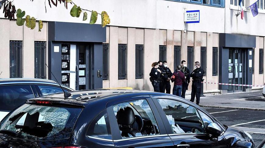 В пригороде Парижа фейерверками обстреляли полицейский участок