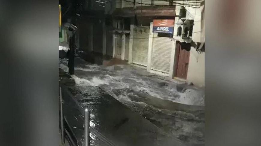 В Индии жертвами обрушения стены стали не менее девяти человек