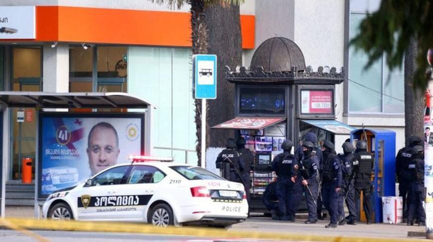 Все 43 заложника в Грузии освобождены, поиск захватчика банка продолжается