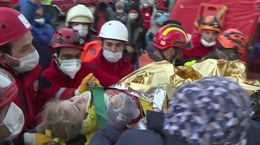 В Турции после землетрясения спасли из-под завалов трехлетнего ребенка