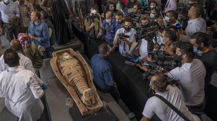 В Египте археологи обнаружили древние саркофаги с мумиями и позолоченные статуи