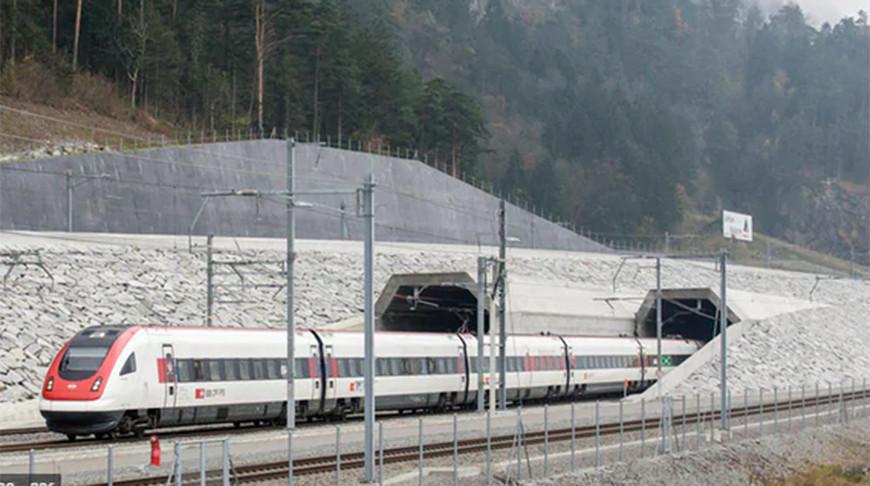 Госкомпания 'Швейцарские федеральные железные дороги' начала движение пассажирских поездов через новый туннель в Альпах