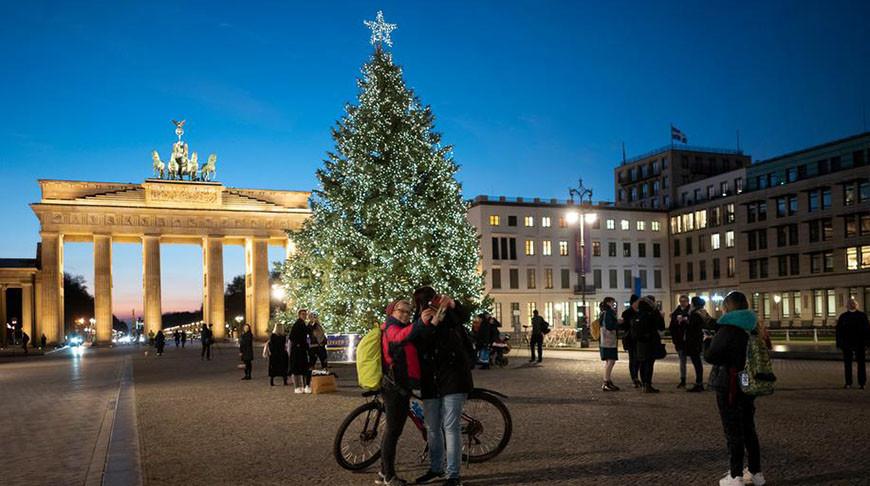 Елка у Бранденбургских ворот в Берлине. Фото  AP
