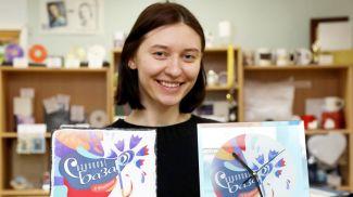 Сувенирная продукция в руках редактора Яны Богатыревой