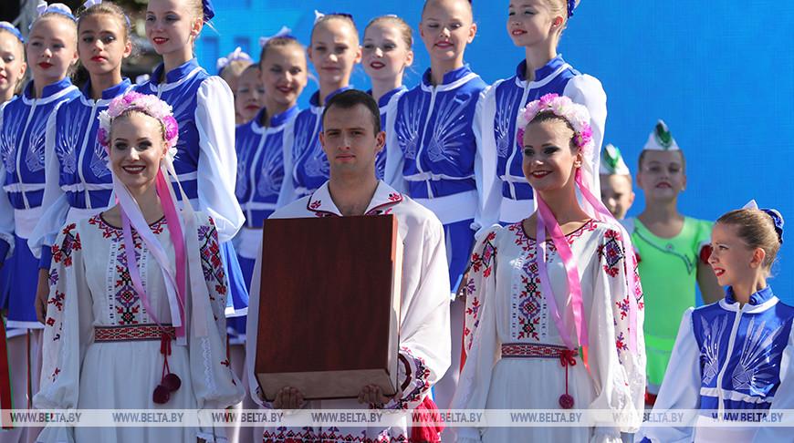 Александр Лукашенко подарил жителям города уникальный экземпляр Брестской, или так называемой Радзивилловской Библии. Фото из архива