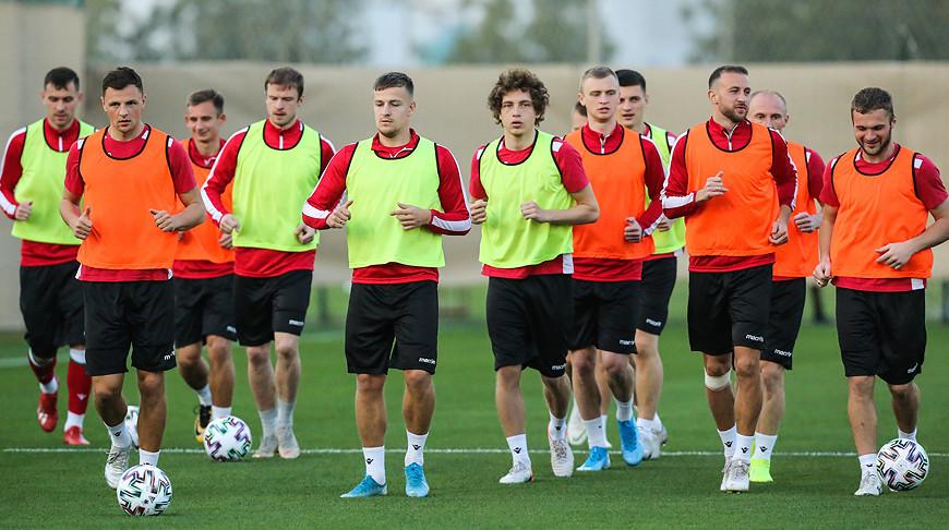 Во время тренировки белорусской сборной в ОАЭ. Фото АБФФ