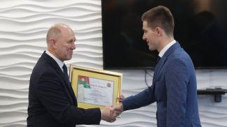 Владимир Кравцов вручает грамоту Евгению Корольку