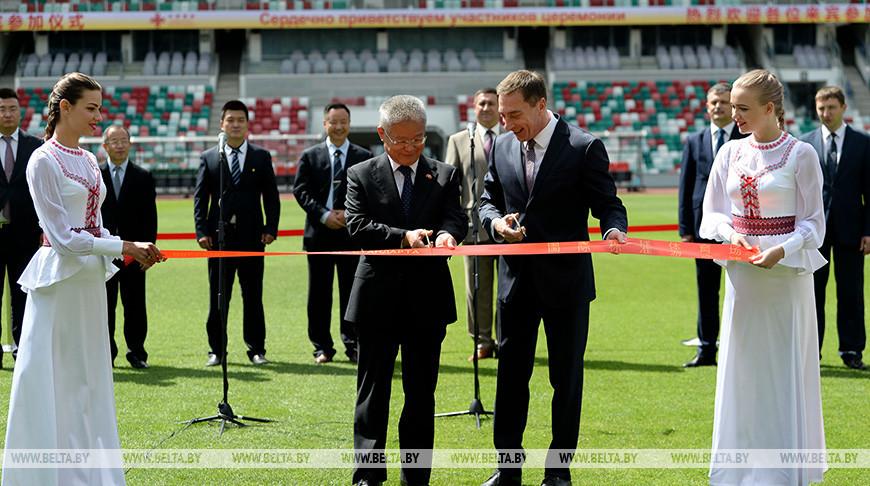 Ленточку перерезают посол Китая в Беларуси Цуй Цимин и первый заместитель премьер-министра Николай Снопков