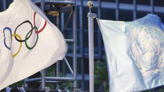 Олимпийский флаг и флаг ООН подняты в штаб-квартире ООН, Нью-Йорк. Фото ООН