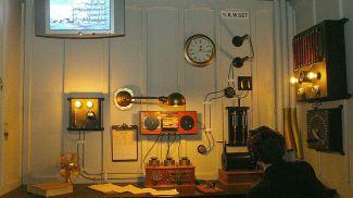 """Воссозданная радиорубка """"Титаника"""" с оборудованием Маркони в помещении музея. Фото  East NewsRussia"""