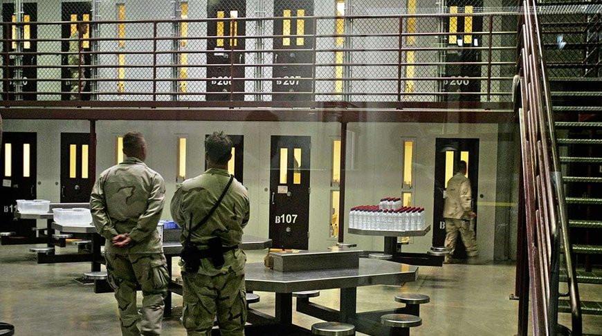 Не все потеряно: заключенные в США спасли жизнь охраннику и попали на видео