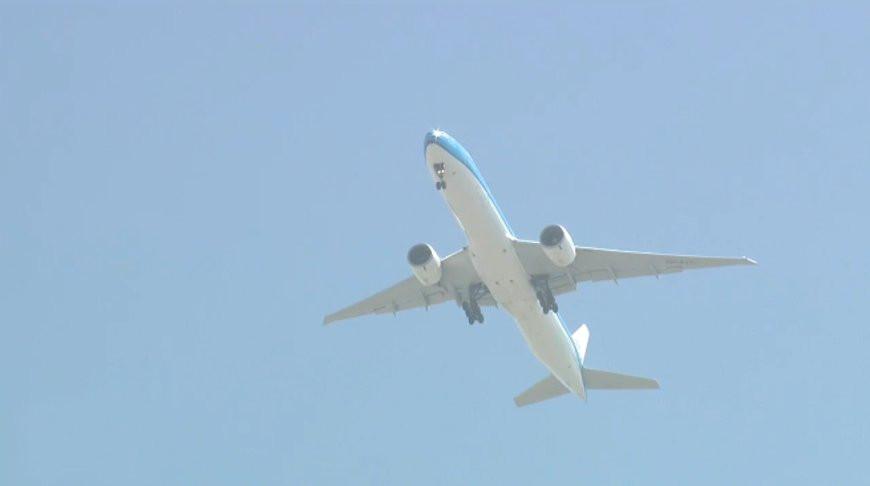 Пилот в США пожаловался диспетчеру на мужчину, летающего за бортом самолета