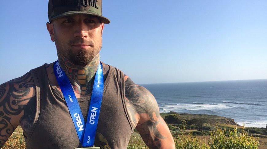Восхитительная татуировка на голове прославила мужчину из США