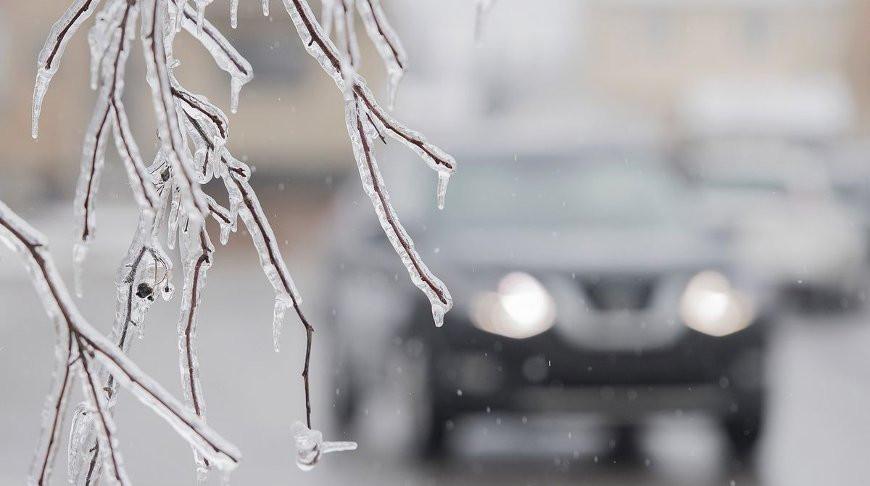 Житель Владивостока увернулся от бетонной плиты, когда чистил авто от снега - видео