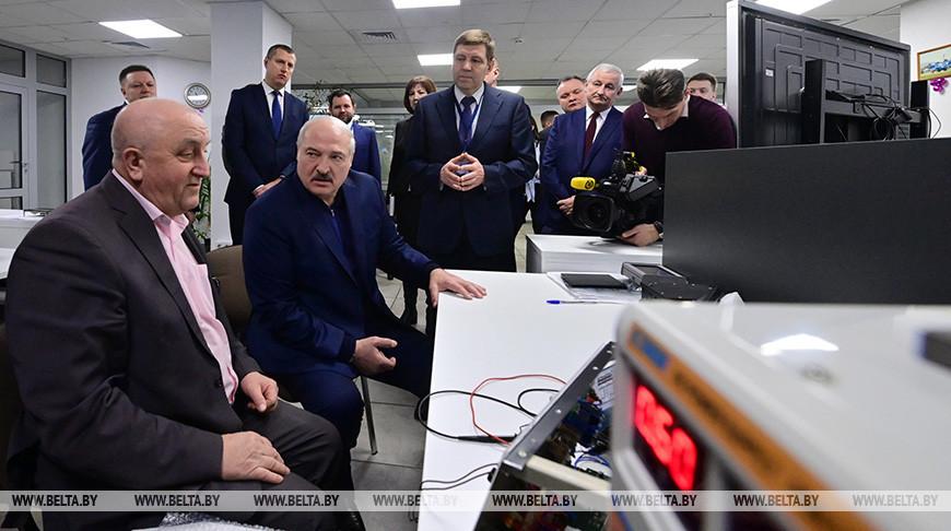 Александр Лукашенко во время посещения холдинга