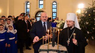 Александр Лукашенко зажигает рождественскую свечу