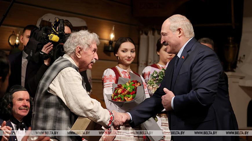 Александр Лукашенко во время посещения театра