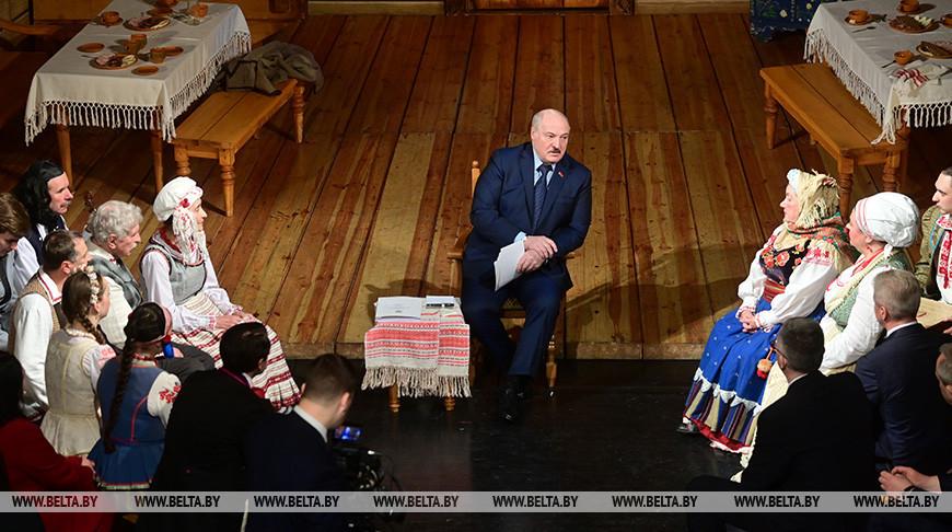Александр Лукашенко во время встречи с коллективом театра