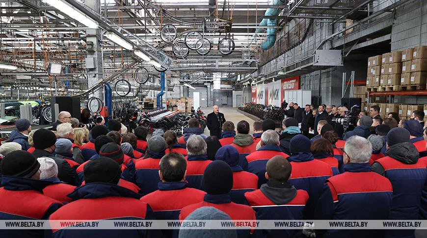 'Очень сожалею, что тренируюсь не на 'Аисте' - Лукашенко рассказал о своих велосипедах