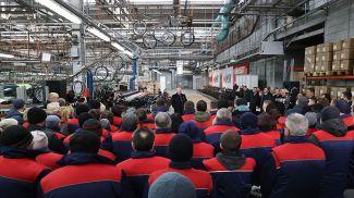 Александр Лукашенко сегодня во время общения с работниками мотовелозавода