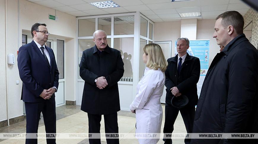 Александр Лукашенко во время посещения Молодечненской ЦРБ