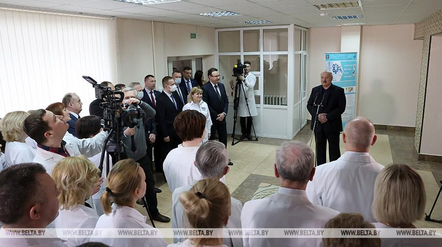 Александр Лукашенко во время общения с работниками Молодечненской ЦРБ