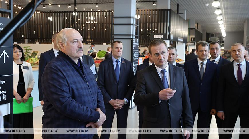 Александр Лукашенко во время посещения рынка