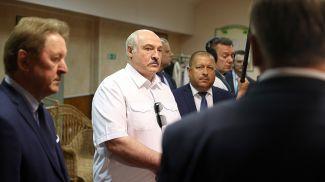Александр Лукашенко во время посещения Оршанской фабрики художественных изделий