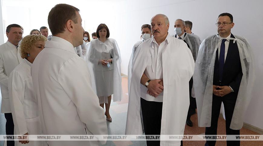 Александр Лукашенко во время посещения 2-й городской детской клинической больницы