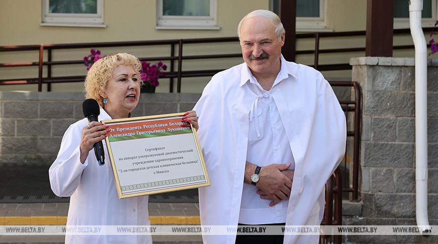 Александр Лукашенко вручил 2-й детской больнице Минска сертификат на аппарат УЗИ