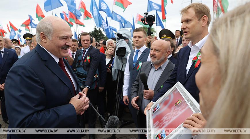 Участники экспедиции на Эверест вручили Лукашенко белорусский флаг, побывавший на самой высокой точке планеты