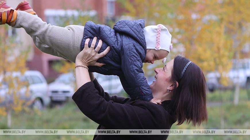 Лукашенко: мы преклоняемся перед  самоотверженным трудом матерей, созидающих будущее нации