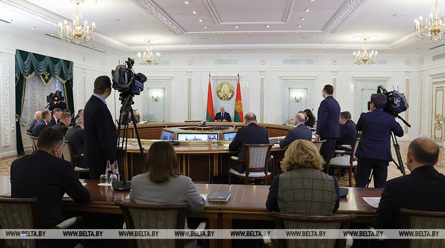Озадаче врачей, аппаратах ИВЛ илекарствах. Что поручил Лукашенко чиновникам насовещании покоронавирусу