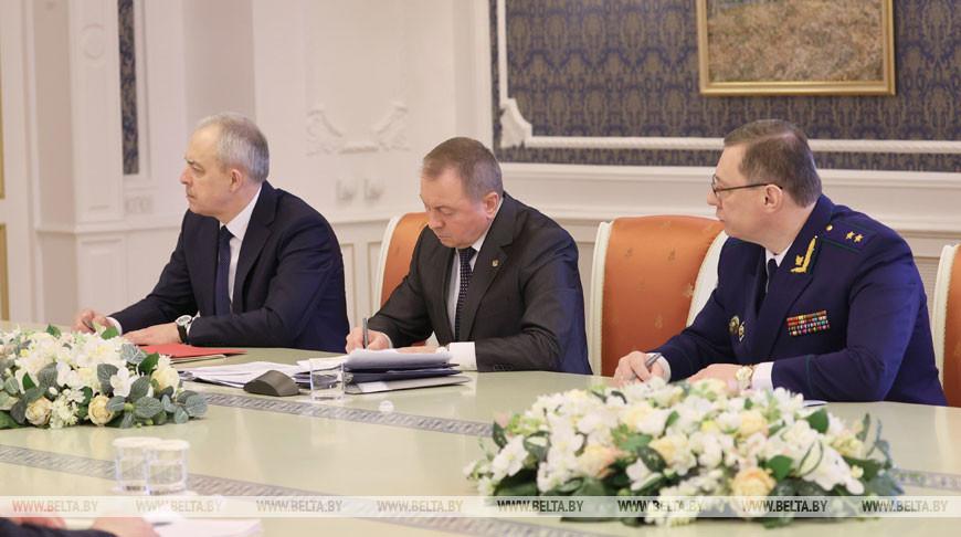 Владимир Макей (посередине)