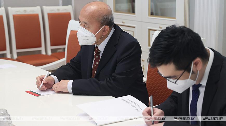 Чрезвычайный и Полномочный Посол КНР в Беларуси Се Сяоюн (слева)