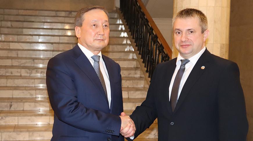 Сапархан Омаров и Иван Крупко. Фото Минсельхозпрода