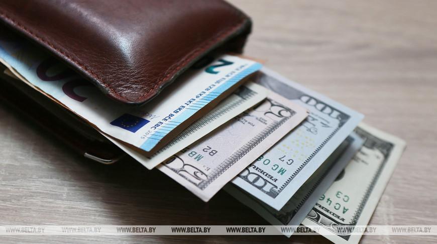 Белорусский рубль на торгах 2 марта ослаб к трем основным валютам