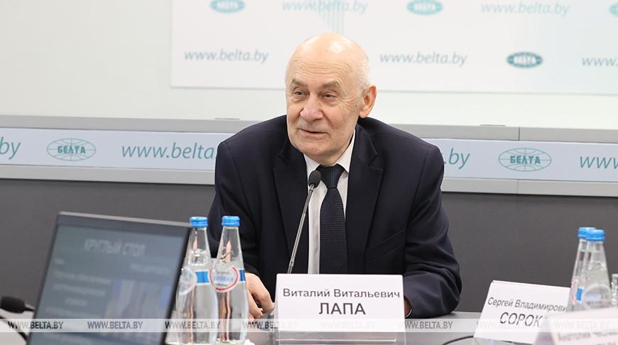 Виталий Лапа во время круглого стола