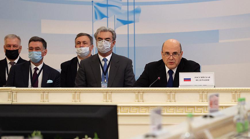 Михаил Мишустин (справа)